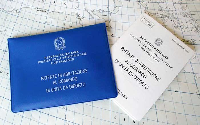 la-patente-nautica-entro-le-12-miglia-a-vela-e-a-motore